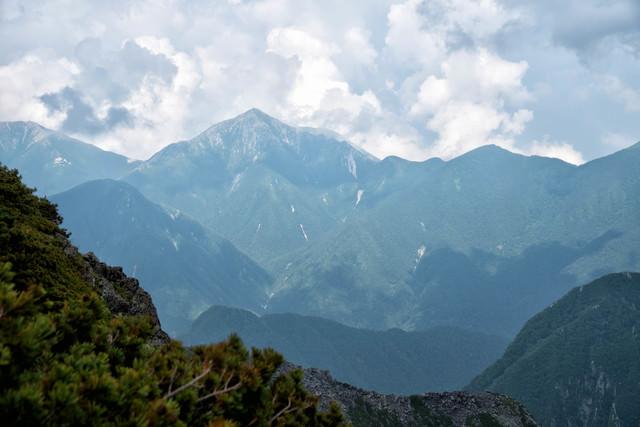 北穂高岳から見る常念岳(北アルプス)の写真
