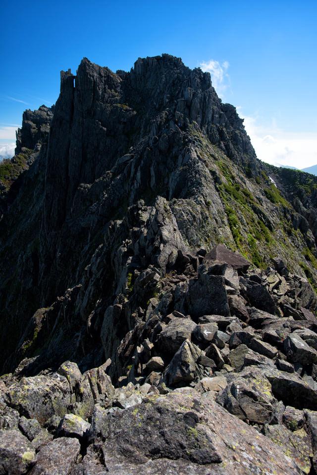 登山グレーディングの高い難路に挑む登山者(穂高岳)の写真