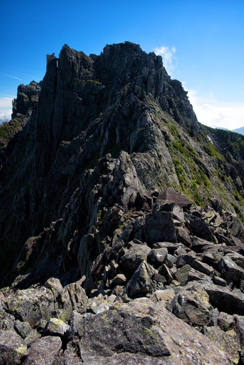 「登山グレーディングの高い難路に挑む登山者(穂高岳)」の写真