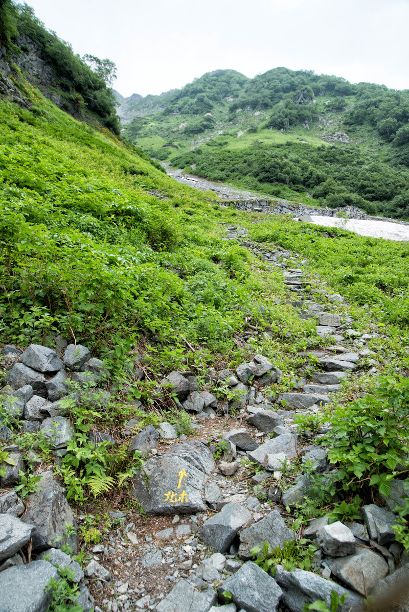 「北穂高岳山頂へ向かう登山道」の写真