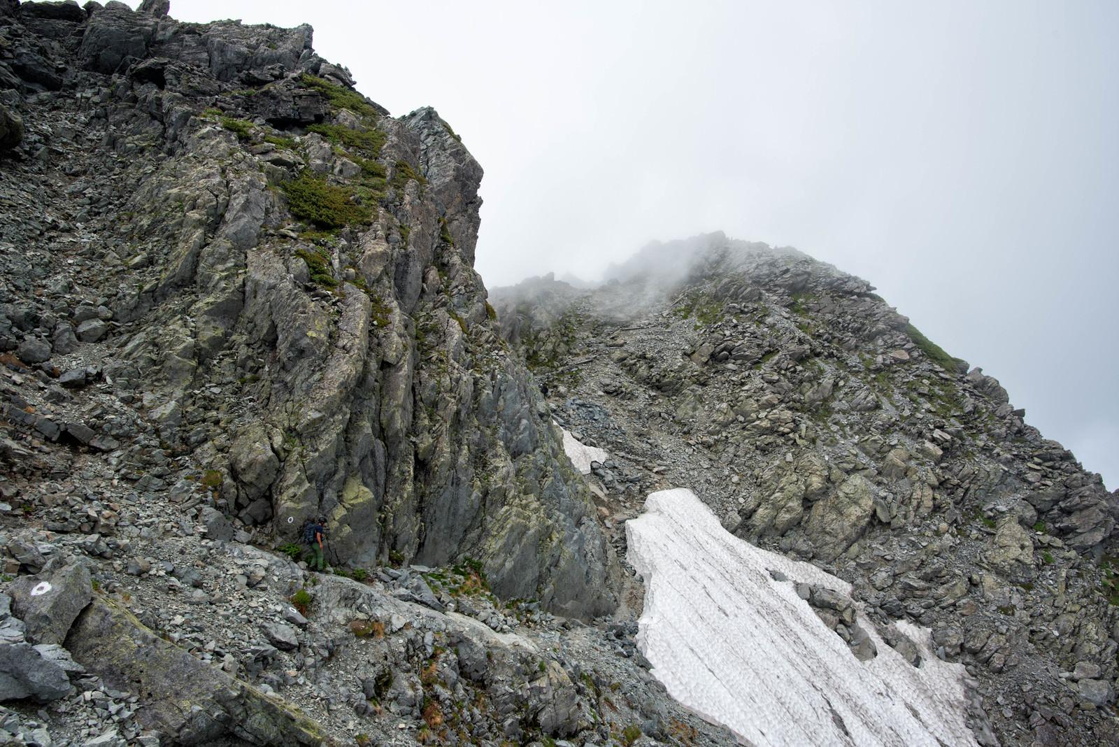 「北穂高岳山頂直下の残雪の岩稜」の写真