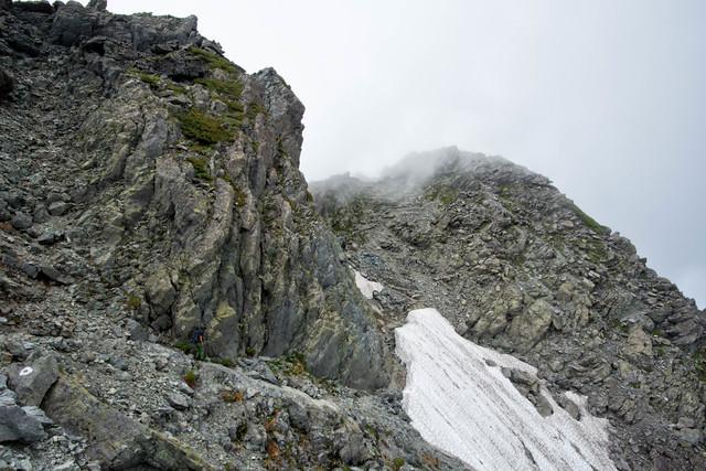 北穂高岳山頂直下の残雪の岩稜の写真