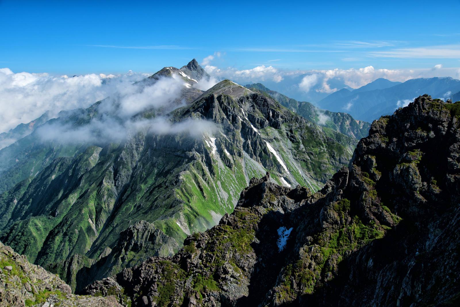 「雲に覆われる大キレットと槍ヶ岳(飛騨山脈)」の写真