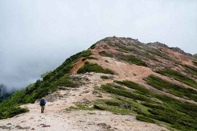 天狗岳の稜線を歩く登山者(八ヶ岳連峰)の写真