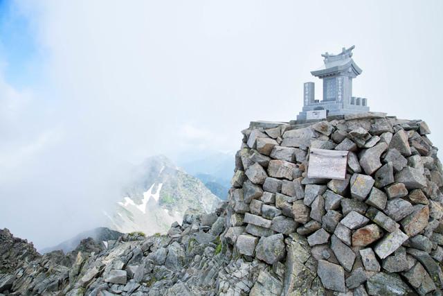 奥穂高岳山頂に鎮座する穂高神社嶺宮の写真