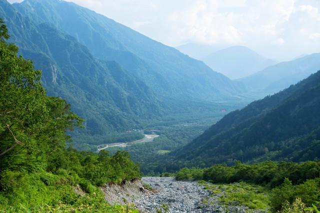 岳沢から続く上高地の写真