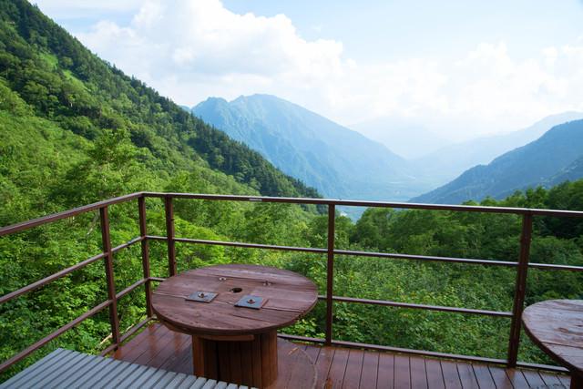 上高地を望むテラス(岳沢山荘)の写真