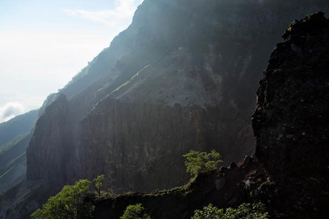 断崖の爆裂火口(硫黄岳)の写真