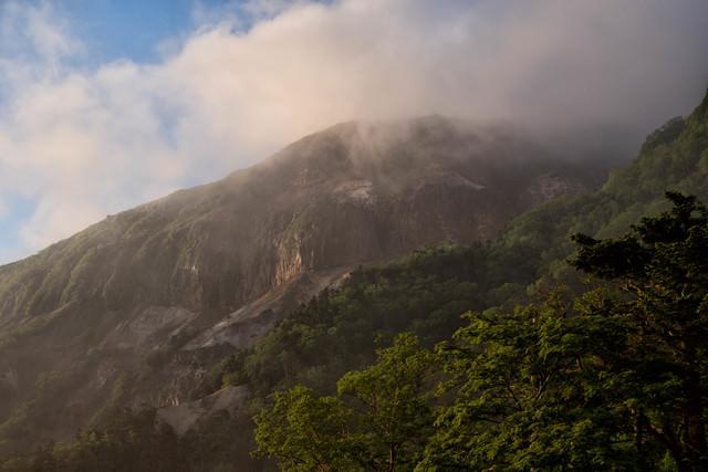 朝靄の中から姿を現す硫黄岳(八ヶ岳)の写真