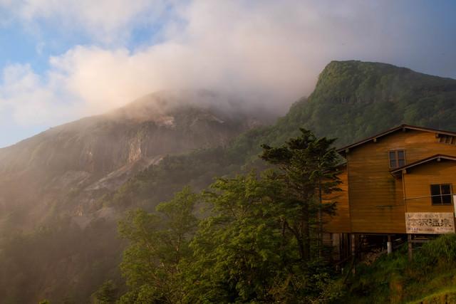 硫黄岳の爆裂火口と本沢温泉(八ヶ岳連峰)の写真