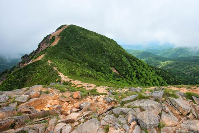 東天狗岳から続く西天狗岳への登山道(八ヶ岳)の写真