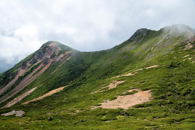 靄がかる東天狗岳と西天狗岳(八ヶ岳連峰)の写真