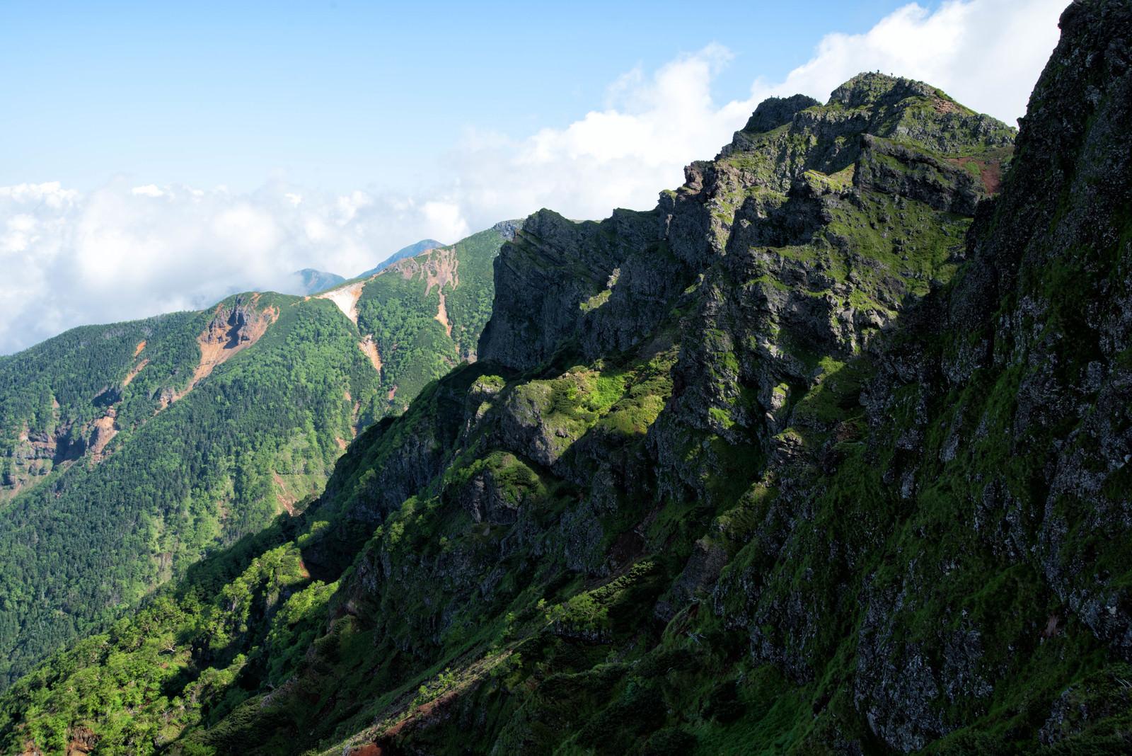 「横岳の岩場絶壁(八ヶ岳)」の写真