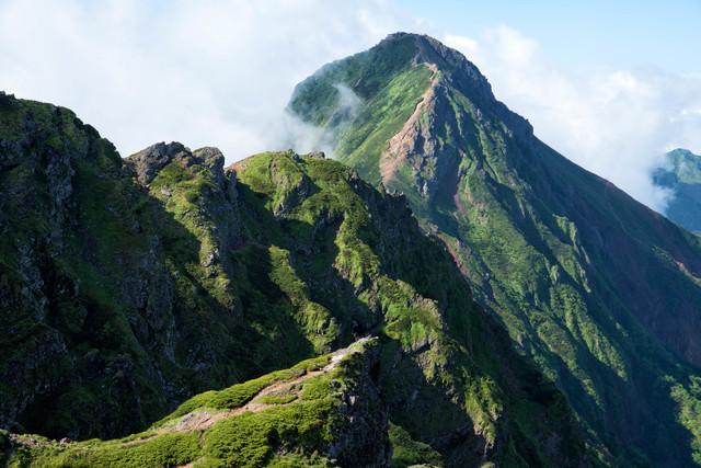 横岳にある岩場の存在感と赤岳(八ヶ岳)の写真