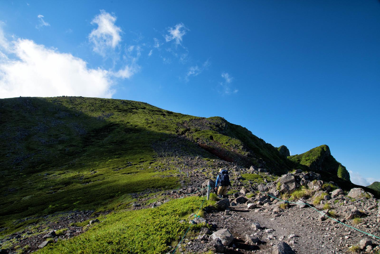 「横岳へ向かう登山者(八ヶ岳)」の写真