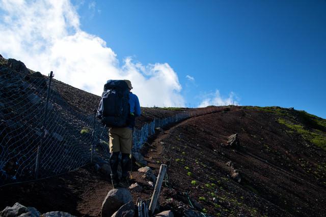 横岳へ向かう登山道とコマクサの保護柵(八ヶ岳)の写真