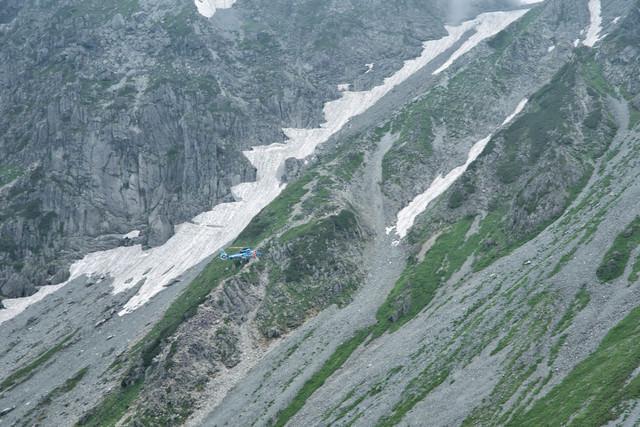 遭難者を救助に向かうレスキューヘリコプターの写真