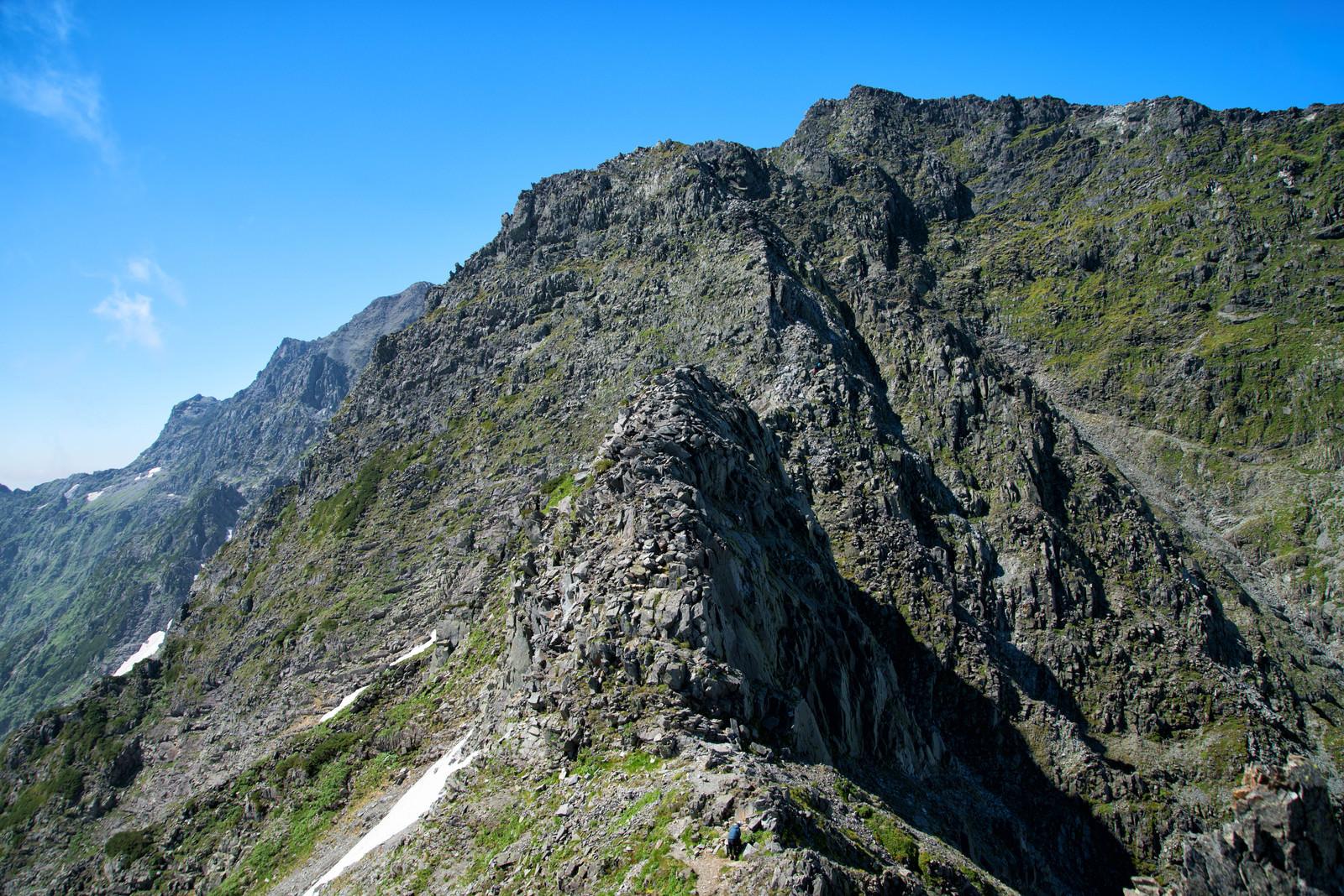「涸沢槍への険しい登山道」の写真