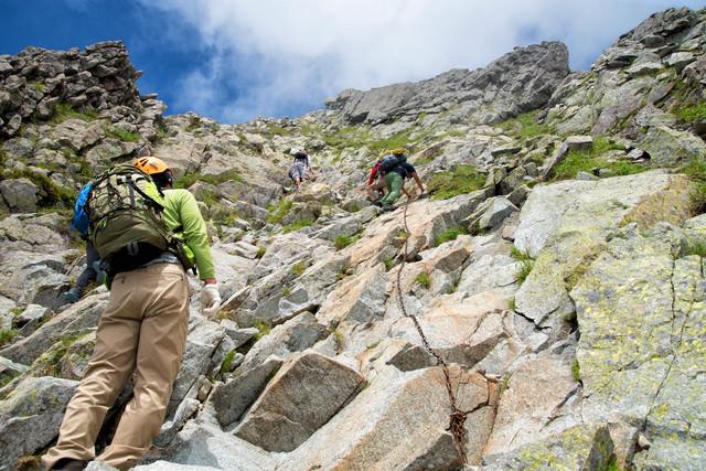 吊尾根の鎖場で渋滞する登山者(北アルプス)の写真