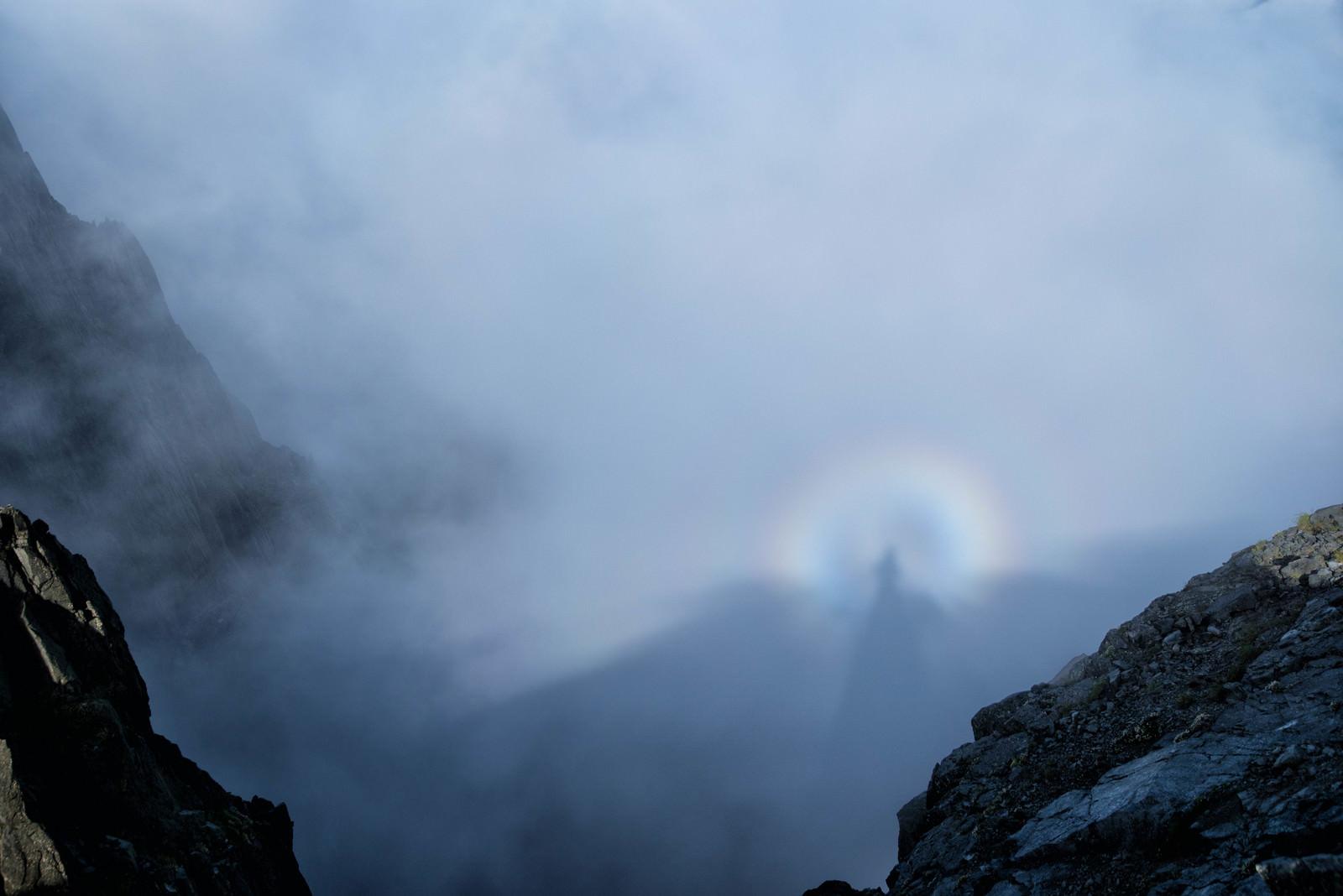 「雲に映る影と虹の光輪(ブロッケン現象)」の写真