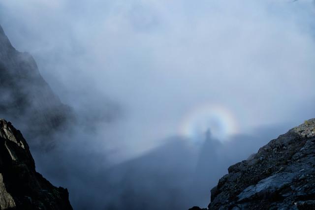 雲に映る影と虹の光輪(ブロッケン現象)の写真