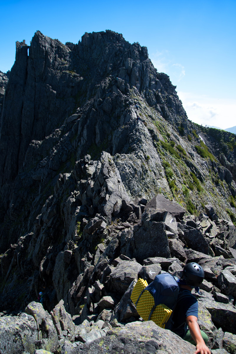 「北穂高岳に向かう険路に挑む登山者(飛騨山脈)」の写真