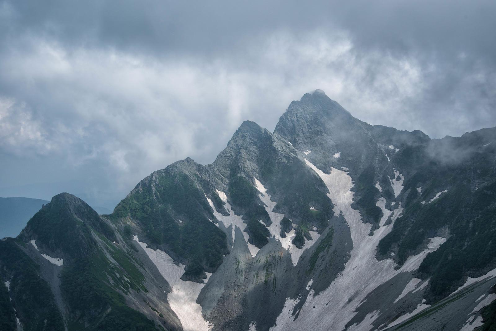「雲間から北尾根に差し込む光(前穂高岳)」の写真