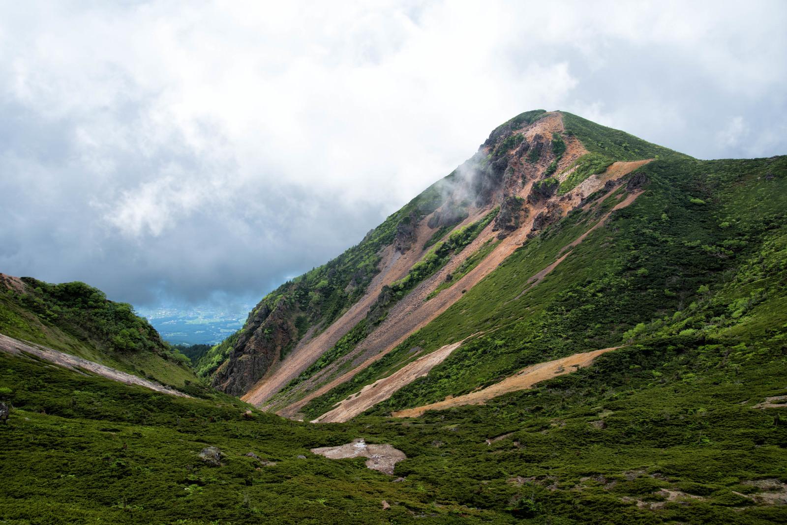 「曇り空の西天狗岳(八ヶ岳連峰)」の写真