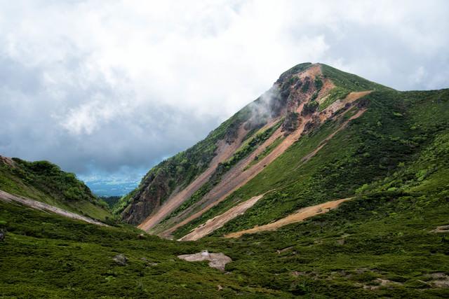 曇り空の西天狗岳(八ヶ岳連峰)の写真