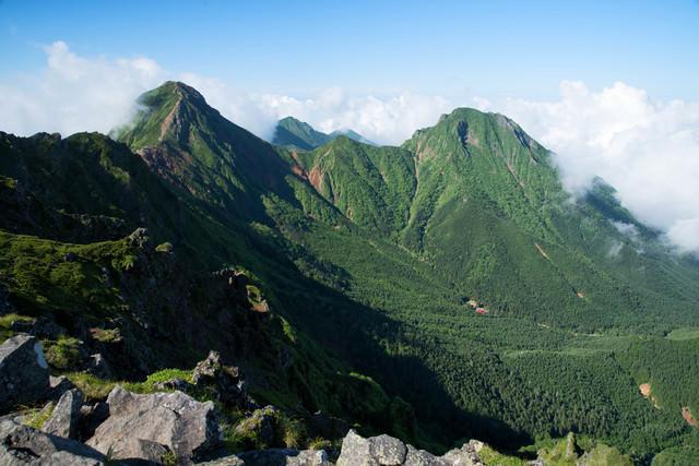 新緑期の赤岳と阿弥陀岳(八ヶ岳)の写真