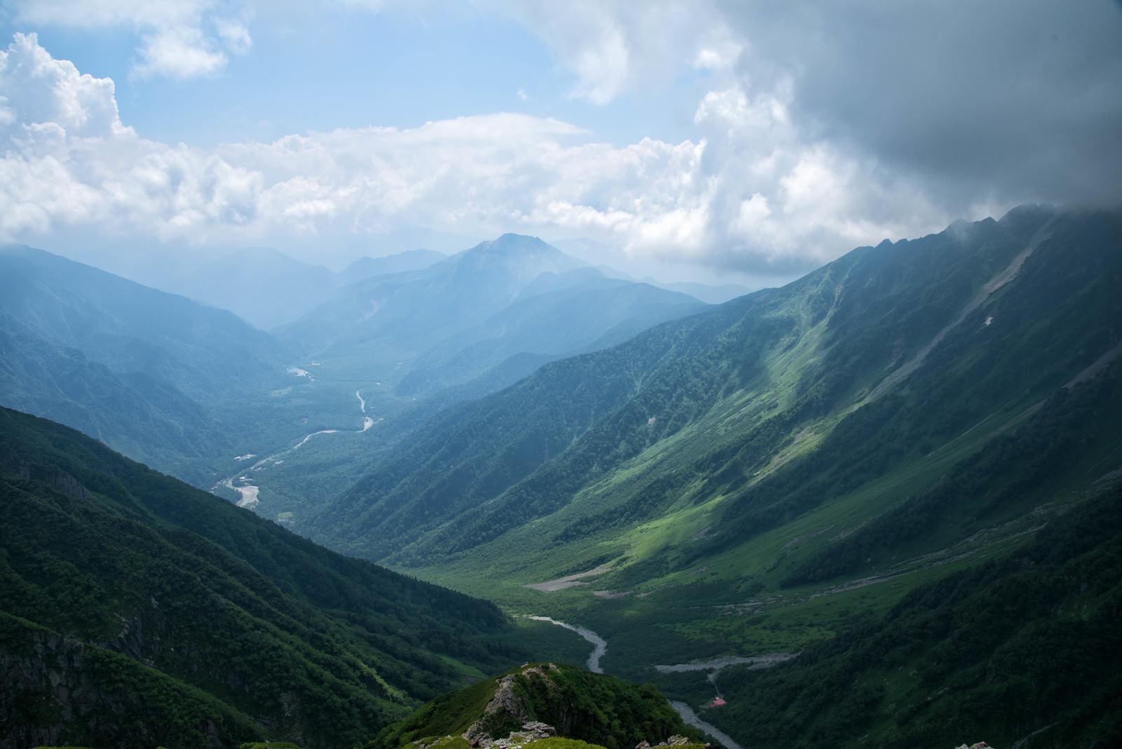 「重太郎新道から俯瞰する上高地と焼岳」の写真