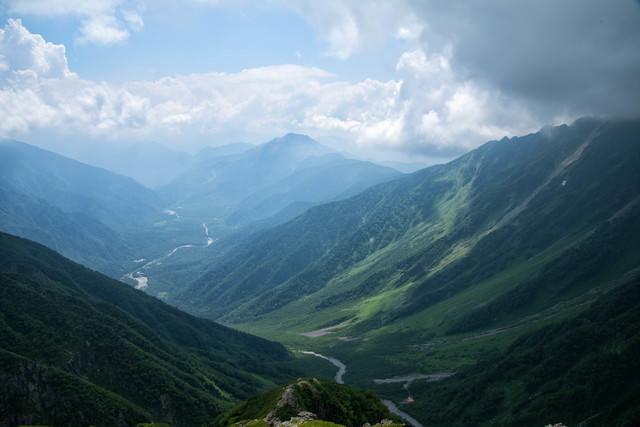 重太郎新道から俯瞰する上高地と焼岳の写真
