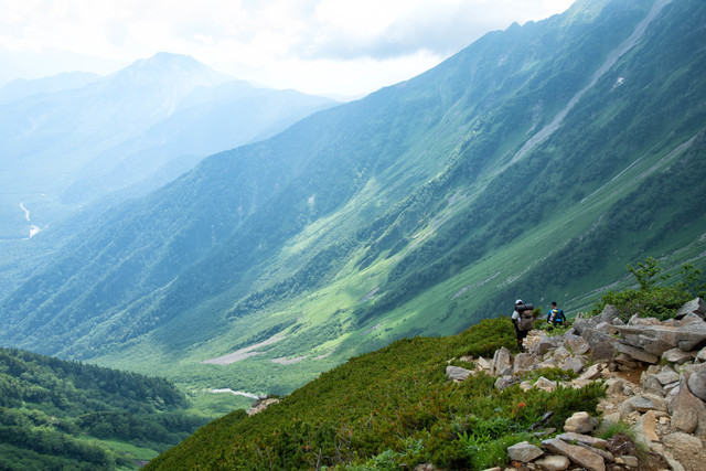 重太郎新道を進む登山者達の写真