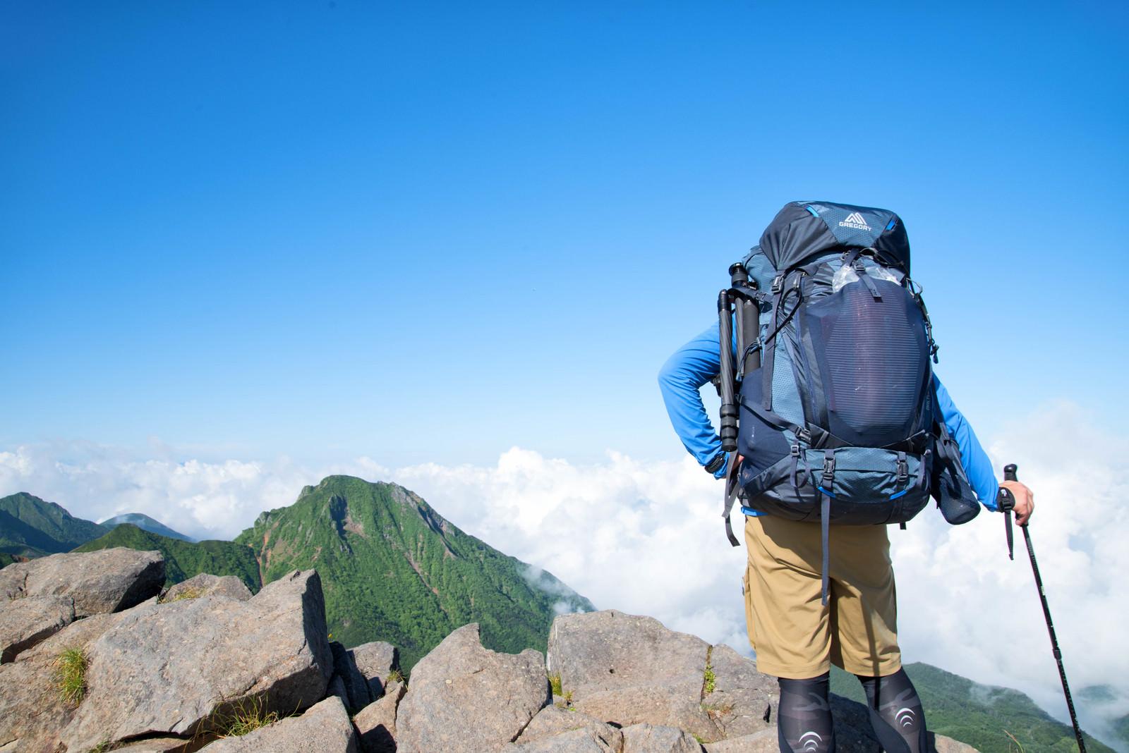 「阿弥陀岳を眺める登山者(山岳カメラマン)」の写真