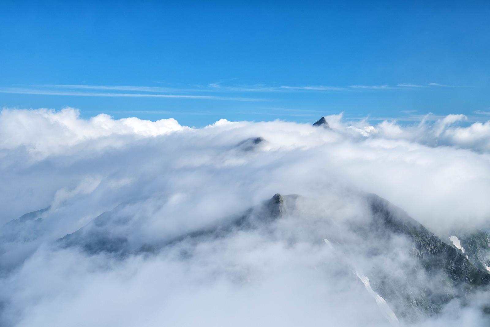 「稜線を流れる滝雲(槍ヶ岳)」の写真