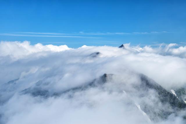 稜線を流れる滝雲(槍ヶ岳)の写真