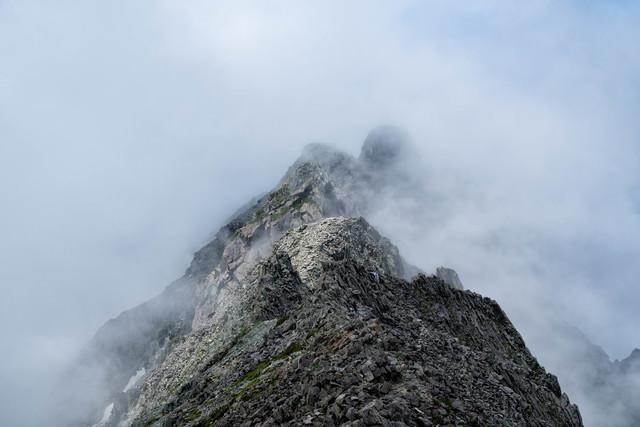 雲から姿を現すジャンダルム(飛騨山脈)の写真