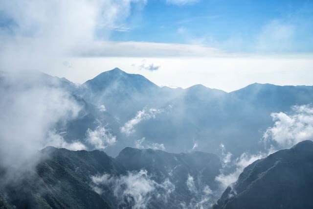 雲海の中に浮かぶ常念山脈の写真