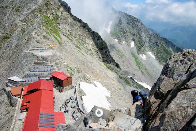 奥穂高岳の鎖場から望む山小屋(飛騨山脈)の写真