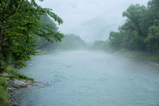 川霧に包まれる梓川(上高地)の写真