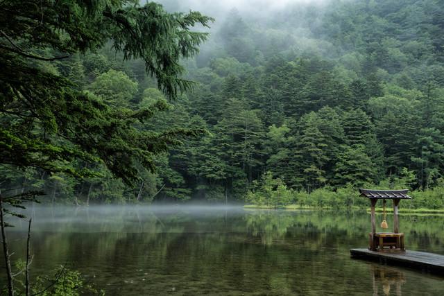 静寂に包まれる明神池と祠(上高地)の写真