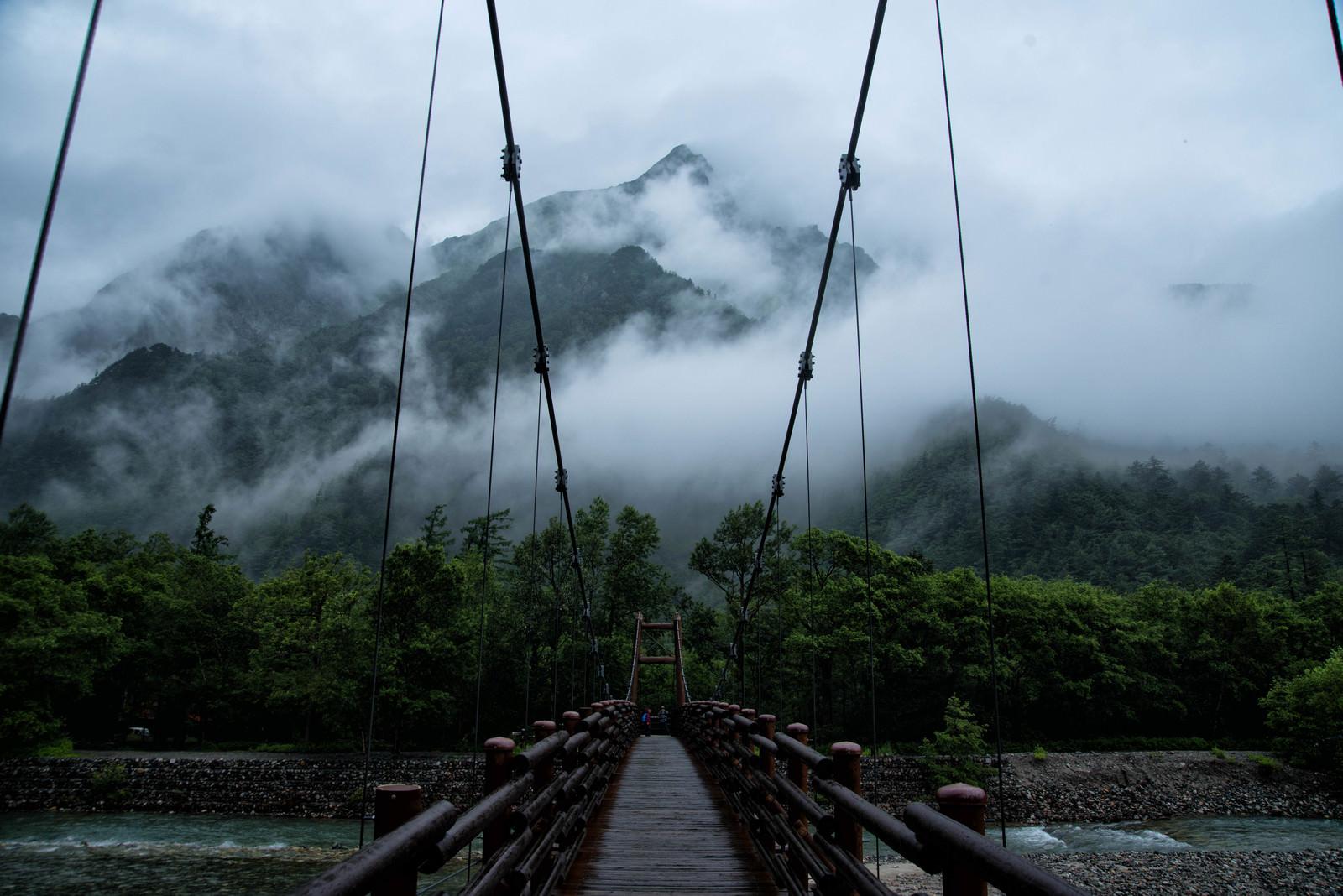 「雨の明神橋と朝霧の明神岳(上高地)」の写真