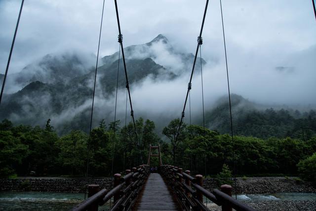 雨の明神橋と朝霧の明神岳(上高地)の写真