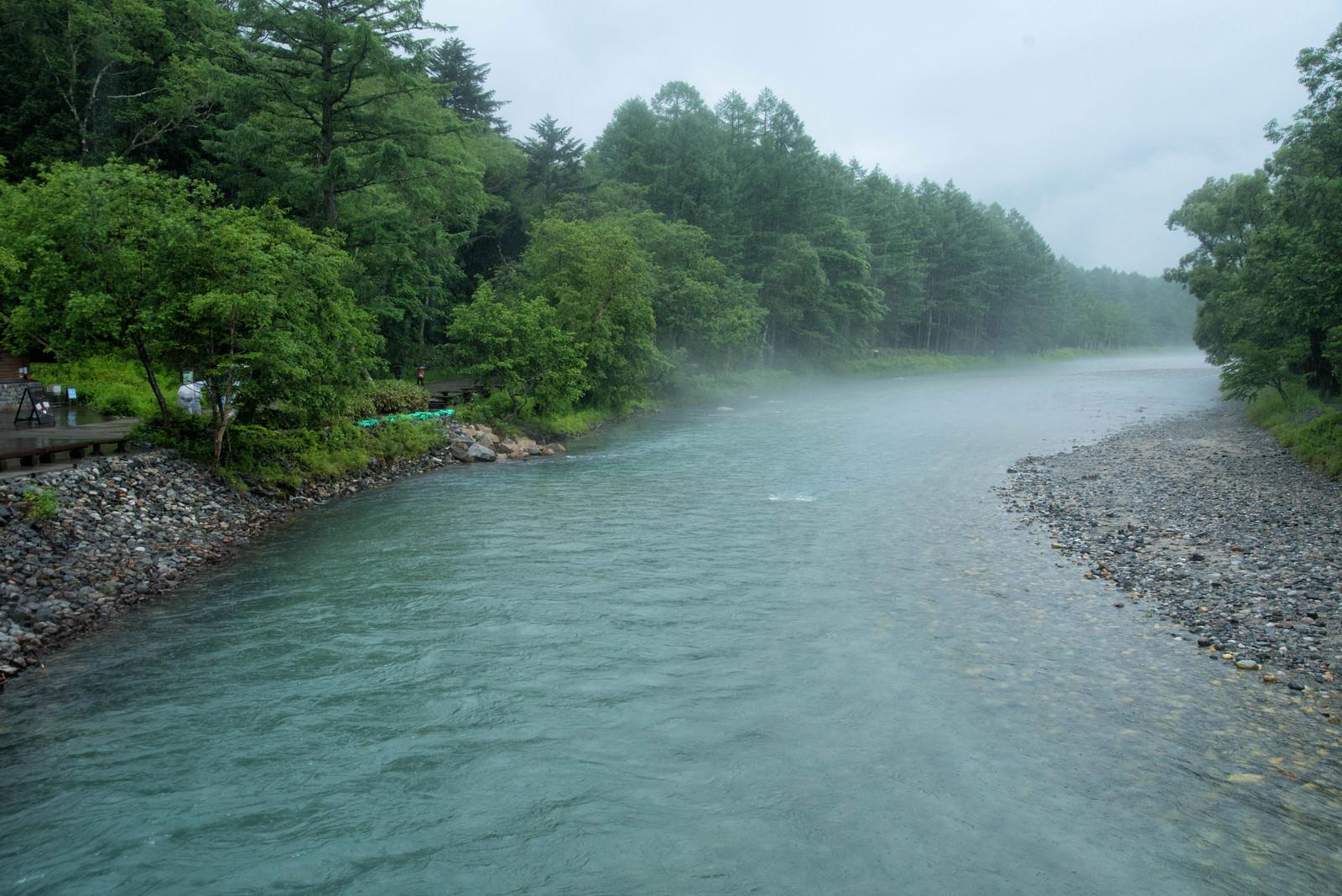 「雨降りの梓川(上高地)」の写真