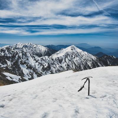 中央アルプスの積雪と突き立てられたピッケルの写真