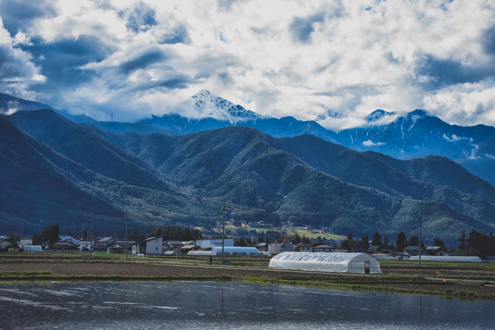 「前常念岳と安曇野の水田のある風景」の写真