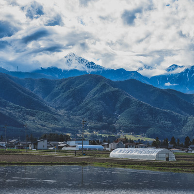 前常念岳と安曇野の水田のある風景の写真