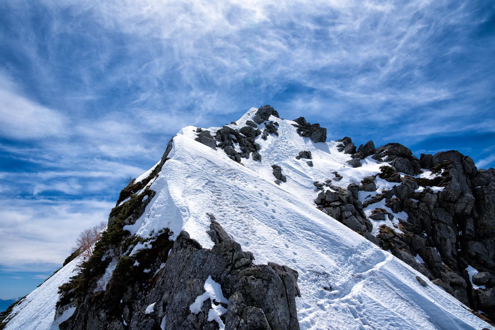 「天空に突き出る山頂(宝剣岳)」の写真