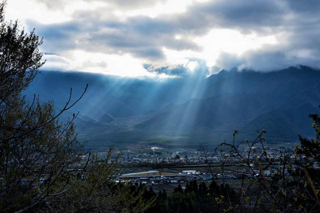 安曇野市を照らす光芒(長野県)の写真