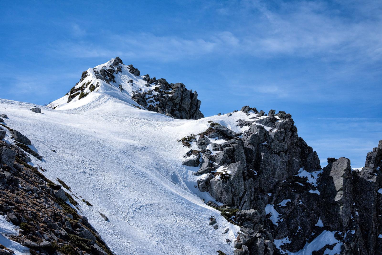 「残雪から突き出す岩石(宝剣岳)」の写真
